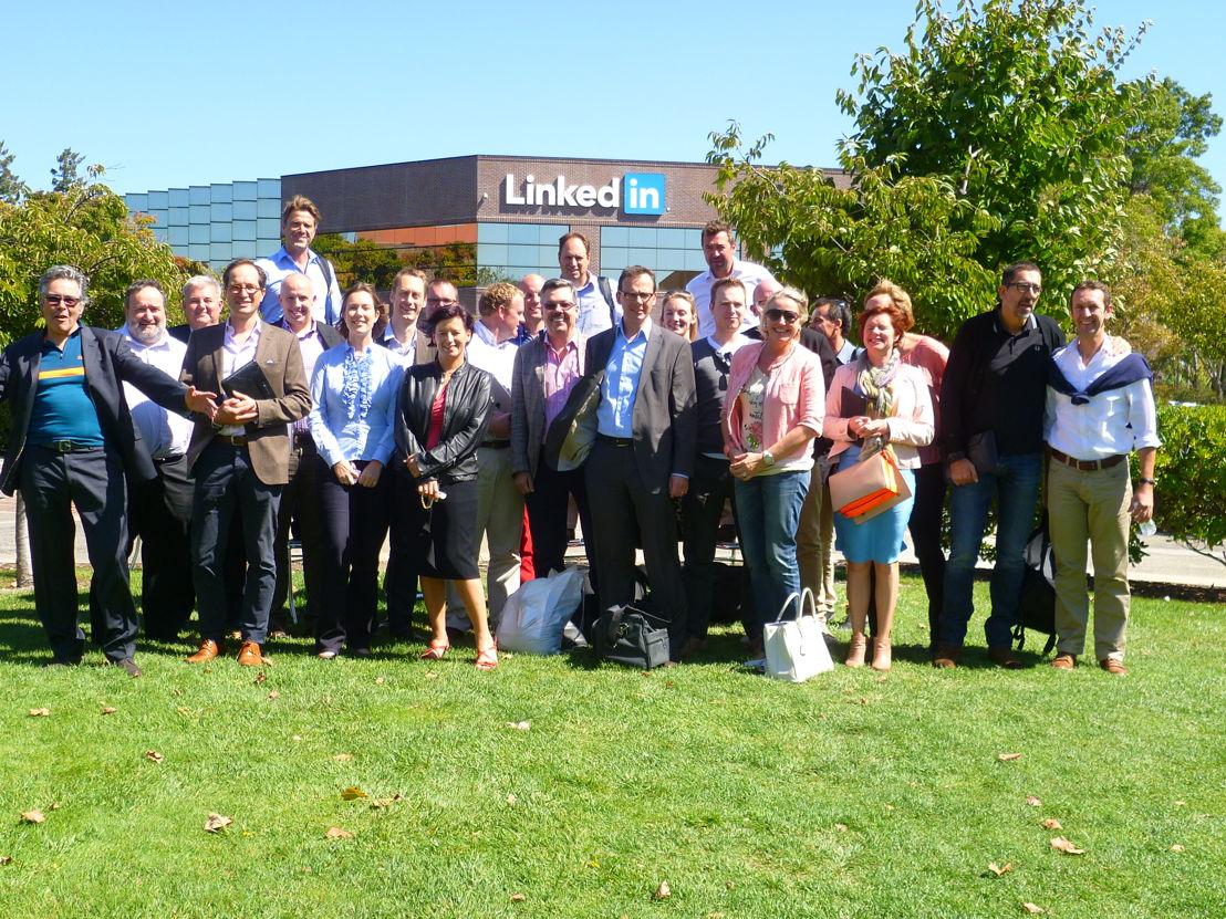 Groepsfoto voor de gebouwen van LinkedIn in Silicon Valley.
