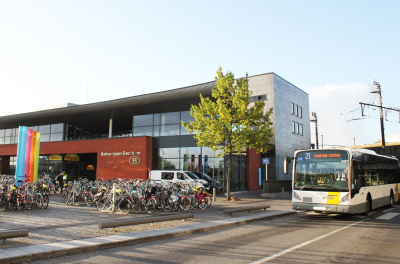 Trein, tram en bus combineerbaar met de City Pass. Hier: Berchem station.