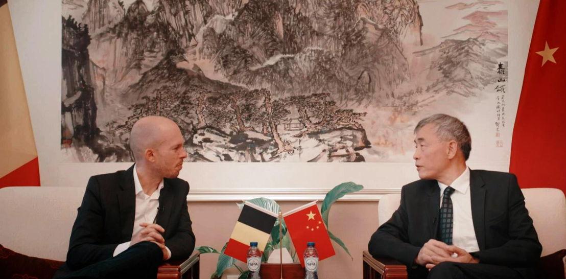 Tom Van de Weghe en de Chinese ambassadeur Qu Xing - (c) VRT