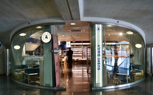 Sushi Daily pose ses valises gare des Guillemins à Liège