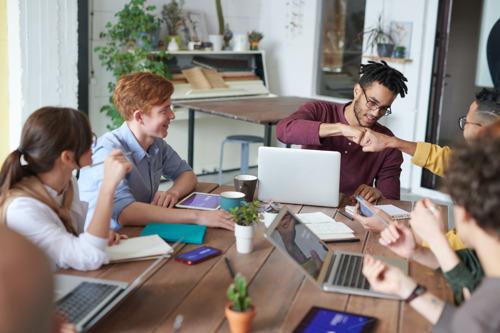 Bijna helft* werknemers beschouwt collega's als echte vrienden