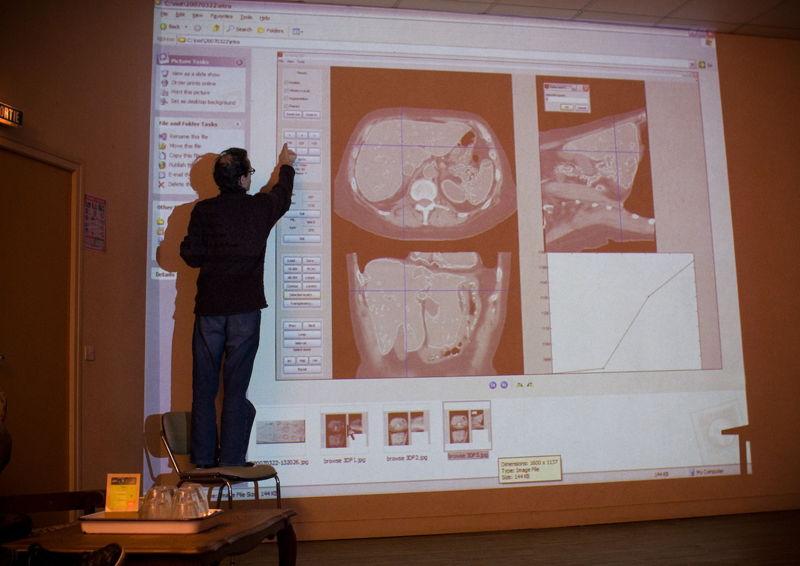 Joannes geeft uitleg bij een interface voor radiografie. Fotografie: Namahn. Kristel Van Ael & Joannes Vandermeulen, Namahn - Henry van de Velde Lifetime Achievement Award 16