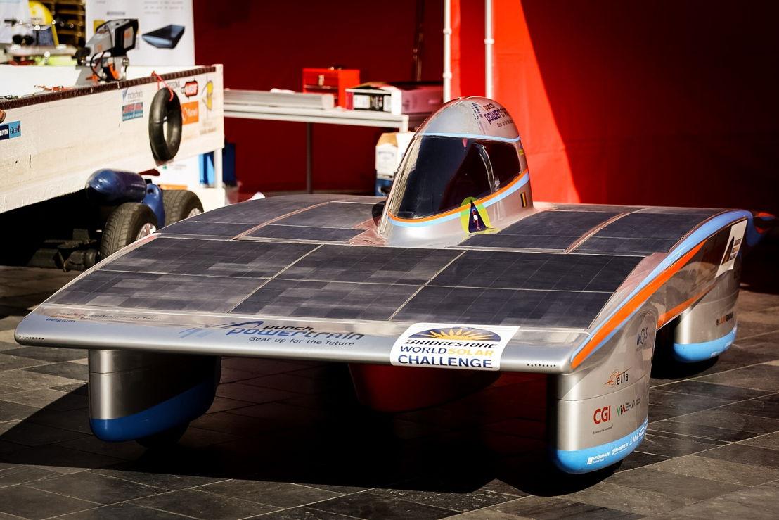 De racewagen op zonne-energie van het Solar Team.
