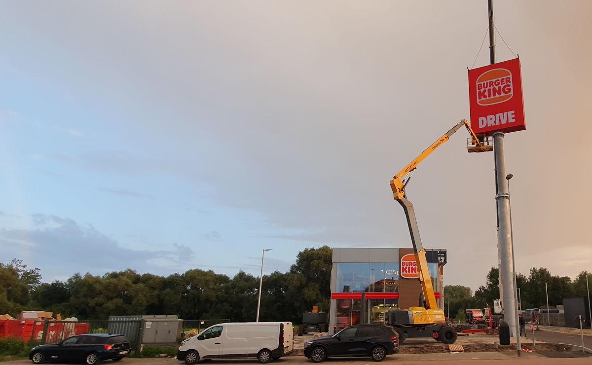 BURGER KING ®   Ninove - pyloon in opbouw