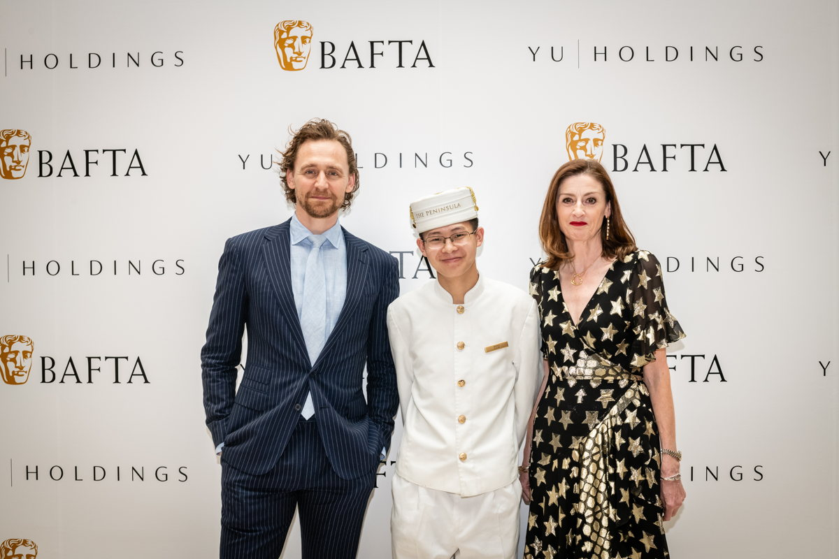 El actor Tom Hiddleston con la CEO de Bafta, Amanda Berry y el icónico Peninsula Page