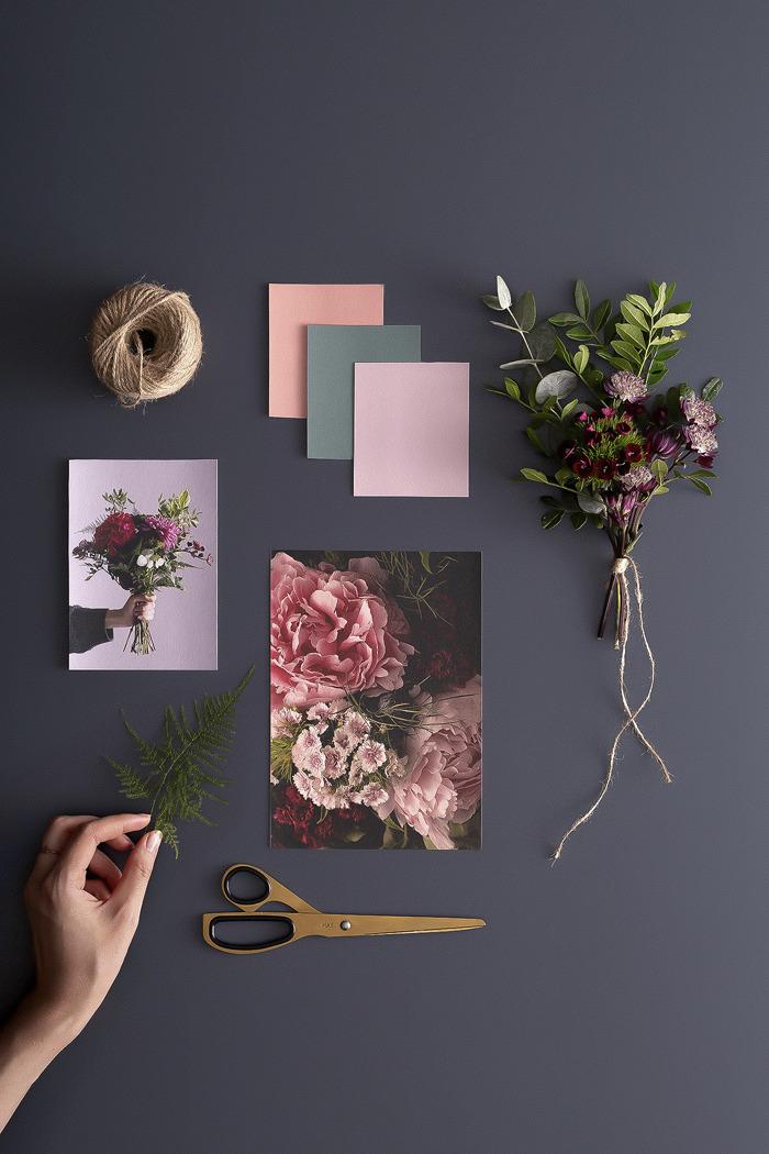 """La colección de papeles pintados """"Midnight Blooms"""" captura la nueva tendencia floral melancólica"""