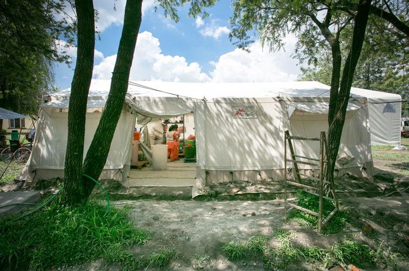 2015년 발생한 네팔 지진 직후 국경없는의사회가 재해 현장에 설치한 구호 텐트. [Emily Lynch/MSF]