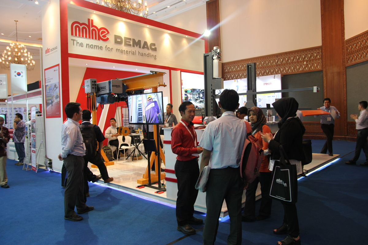 An engaging showcase at the MHE-Demag booth.