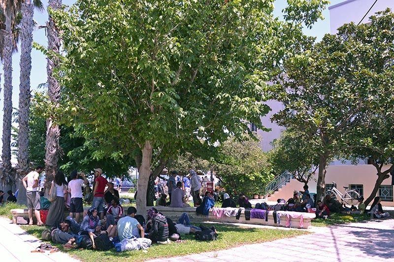 Migranten die uit de publieke ruimte verjaagd werden, verblijven buiten het gemeentelijk stadion in Kos, Griekenland