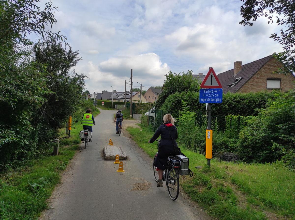 Deze tractorsluis op de smalle Zobbroekweg zorgt nu al voor een veilige en vlotte fietsverbinding in Sint-Pieters-Leeuw