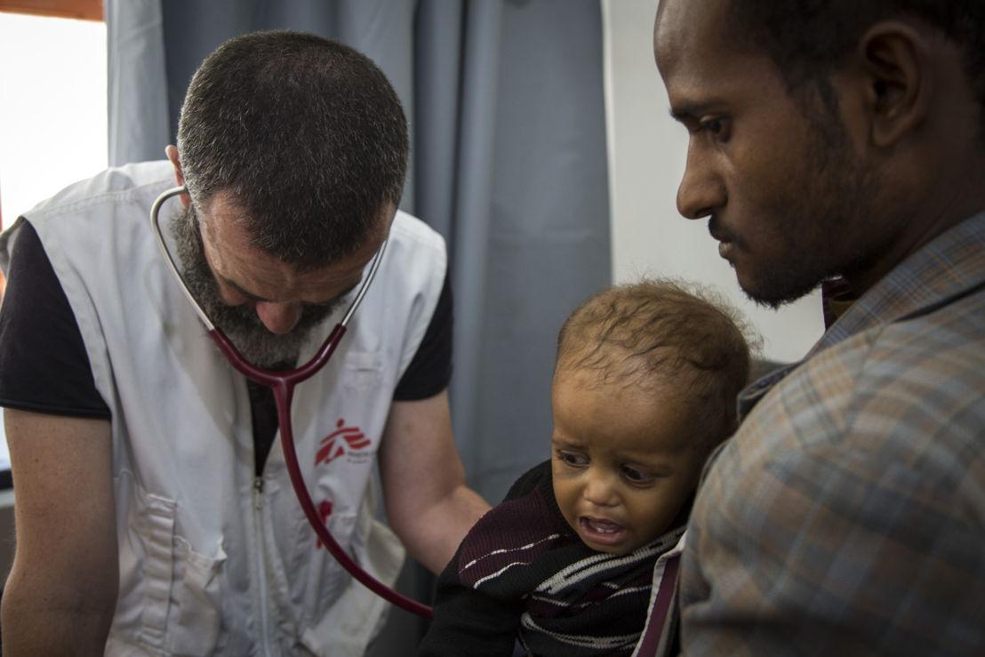 지난 4월 예멘 하이단의 국경없는의사회 병원에서 폐렴 및 영양실조 환자를 치료하고 있는 국경없는의사회 의사. Florian SERIEX/MSF