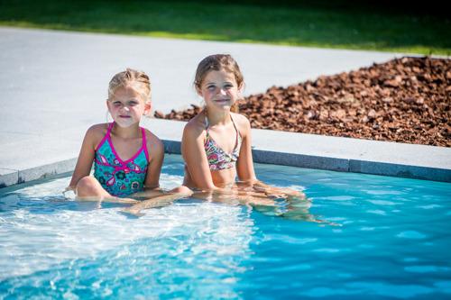 Le must de la piscine « La Plage » : sa large marche, pour le bien-être de toute la famille
