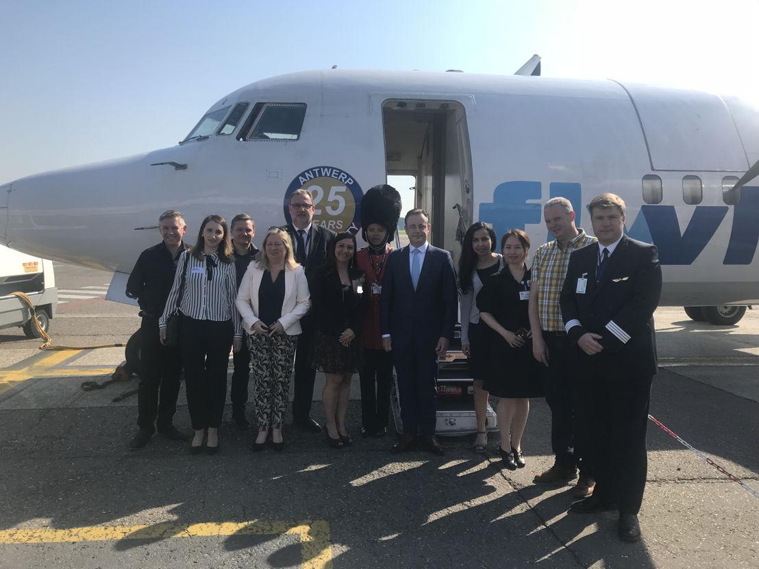 Medewerkers van VLM en de luchthaven poseren voor OO-VLQ