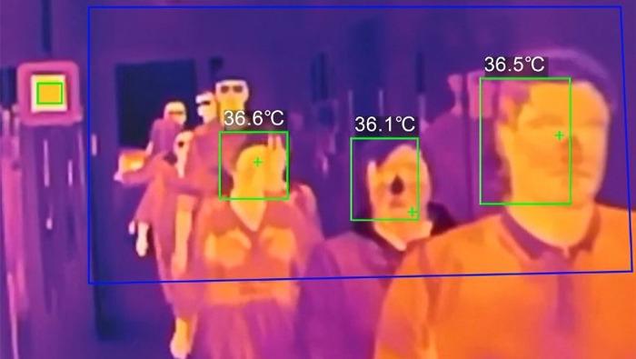 Des thermomètres sophistiqués aux entrées des entreprises pour protéger le personnel contre le risque de contamination lors du déconfinement