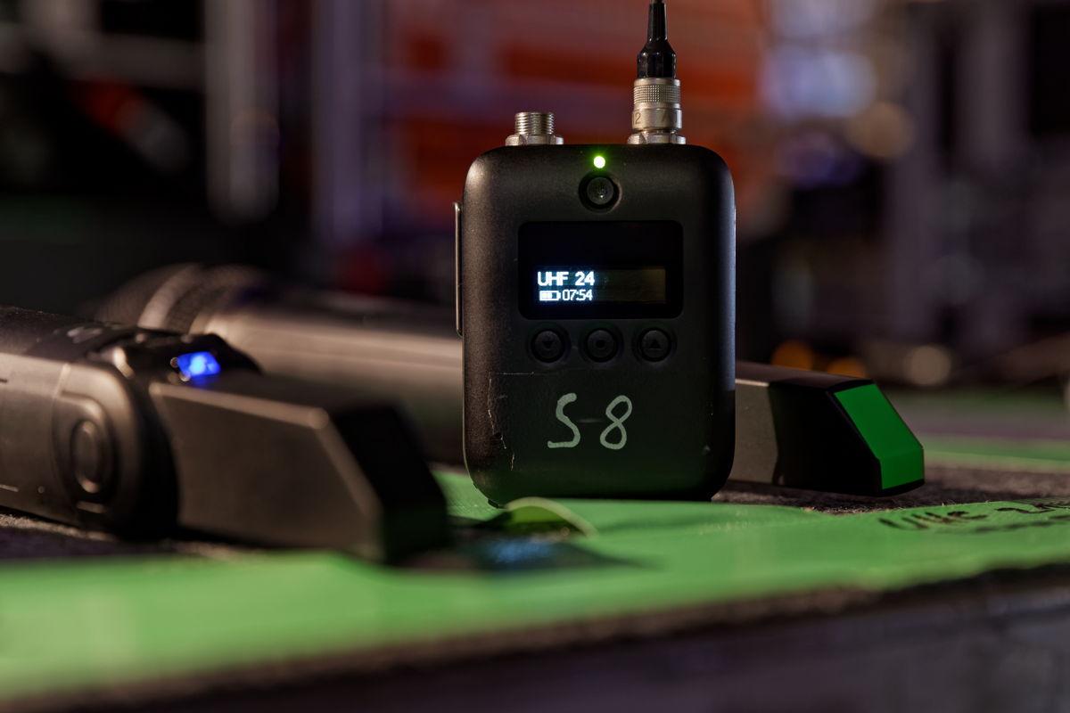 Die Betriebszeit des Sennheiser Taschensenders SK 6212 beläuft sich auf mindestens 12 Stunden