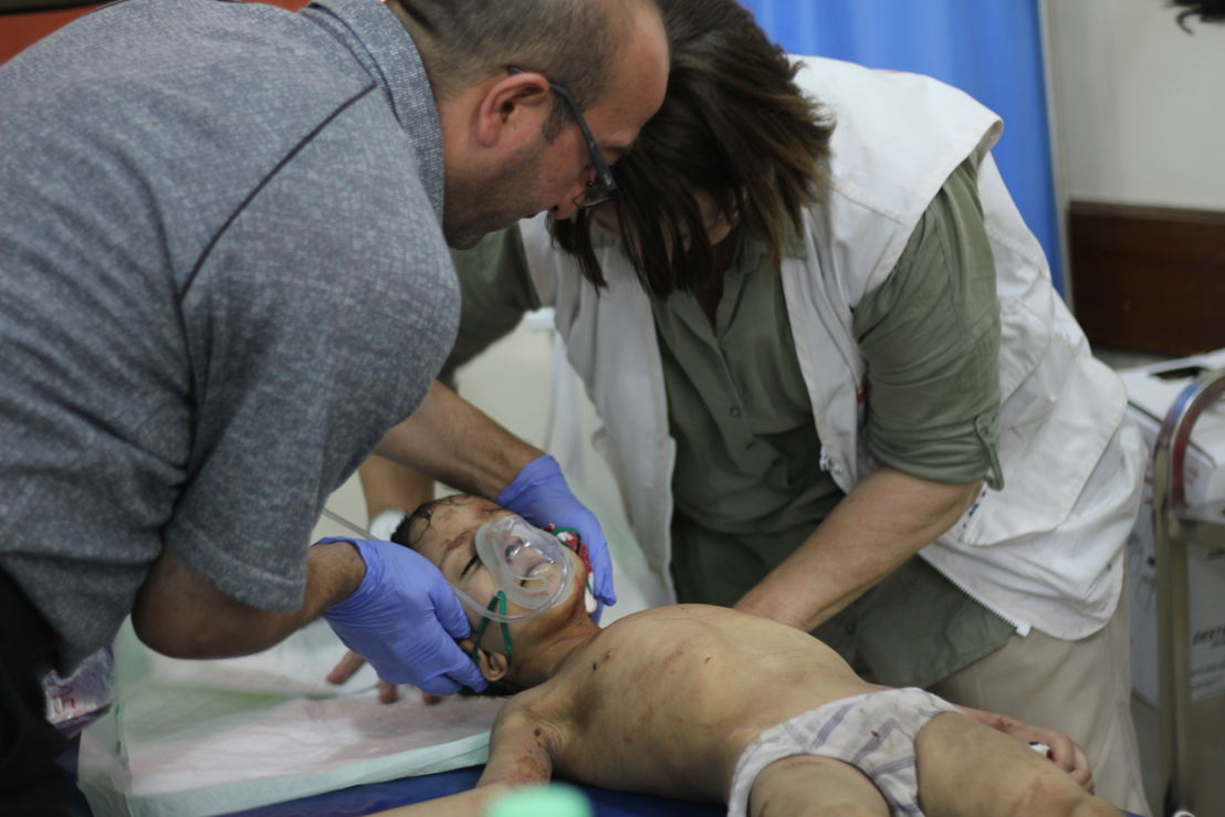 모술 서부 전선에서 실려온 한 남자 아이. 올드시티에서 발생한 전투로 귀에서 피를 흘리며 실려왔다. 국경없는의사회 의료진이 아이를 치료하고 있다. [Jacob Kuehn/국경없는의사회]
