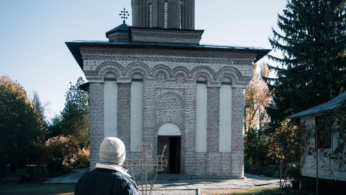 ...y llega al Monasterio Snagov por la mañana. Aquí, cerca de la capital rumana, Bucarest, es donde dicen que están enterrados que los restos de Vlad III.