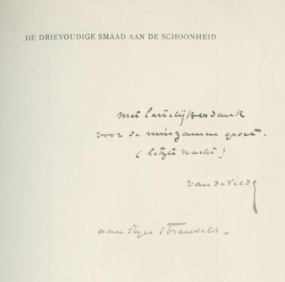 """Streuvels kreeg tijdens zijn leven honderden boeken, vaak met een opdracht van de auteur. Een van de interessantste stukken uit zijn bibliotheek is een exemplaar van """"De drievoudige smaak aan de schoonheid"""" van architect Henry Van De Velde."""