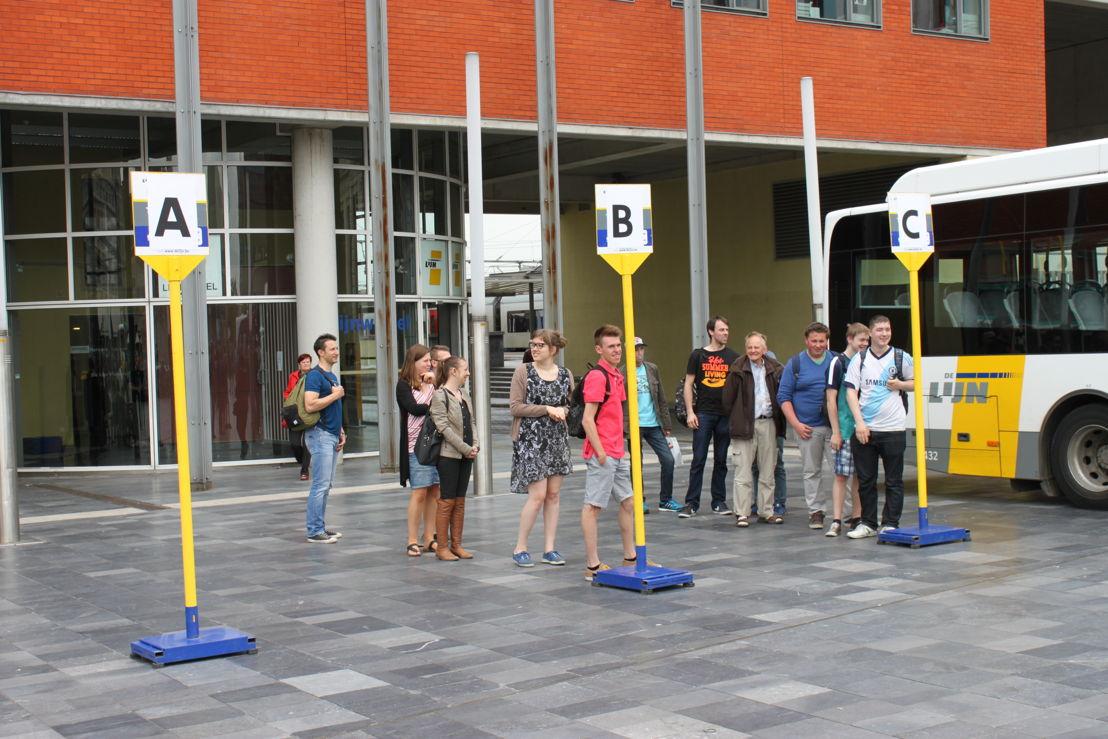 De Rij met stijl-quiz is volop bezig aan het busstation aan het Leuvense Martelaerenplein.