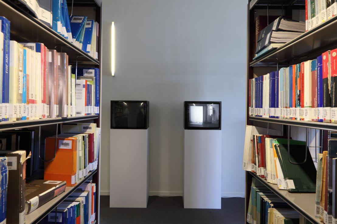 Installatiezicht &#039;Entre nous quelque chose se passe...&#039; in de Bibliotheek Faculteit Rechtsgeleerdheid KU Leuven. <br/>Kunstenaar en werk: Lili Dujourie, links: Spiegel (1976), rechts: Effen spiegel van een stille stroom (1976)<br/>Foto © Dirk Pauwels