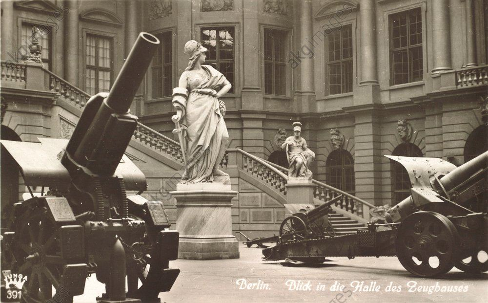 Photo postcard showing the courtyard of the Berlin Zeughaus with cannons from the First World War, 1935. AKG58369
