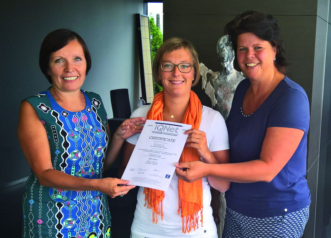 Kathleen Malfroy (links) van AS4 overhandigt het certificaat aan Maaike Slos (midden) en Miranda Kolkman (rechts) van Kipco-Damaco
