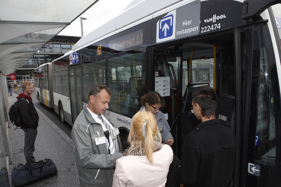 Controleurs van De Lijn controleren  vervoerbewijzen. Foto: De Lijn.