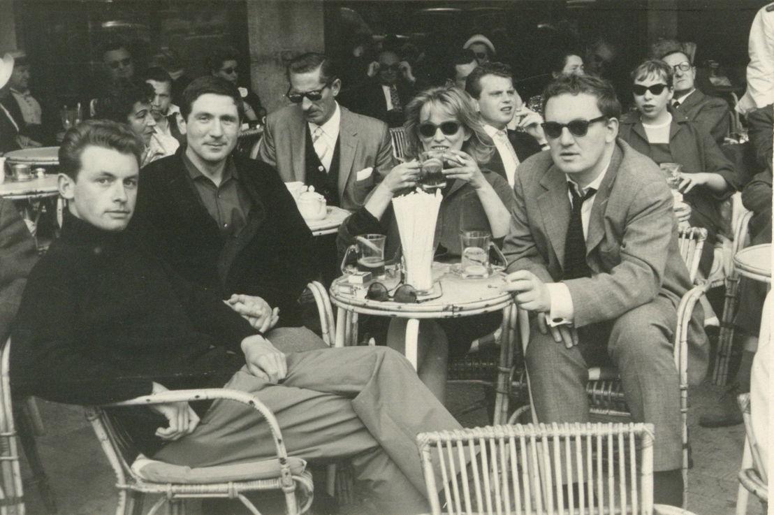X, André Goeminne, Elly Overzier en Hugo Claus op een terras in Parijs.