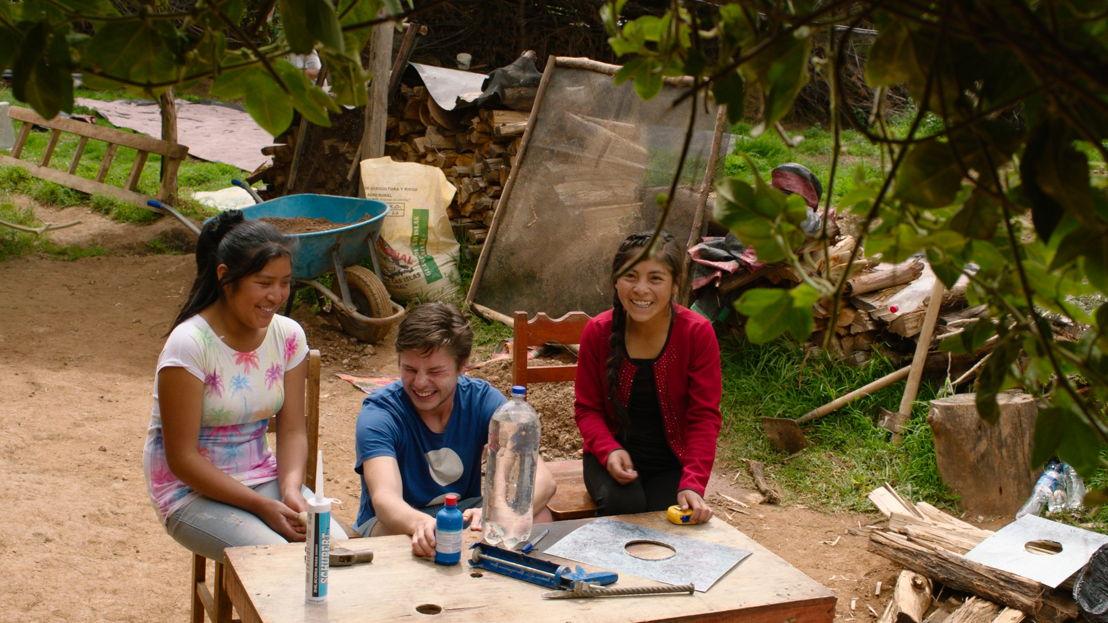 Goed gezien! - Leonard, Kelly en Liz maken een lichtfles - (c) Padaboem