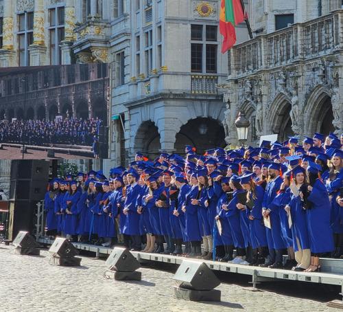 VUB-studenten die master volledig in corona afrondden, studeren af op Grote Markt in Brussel
