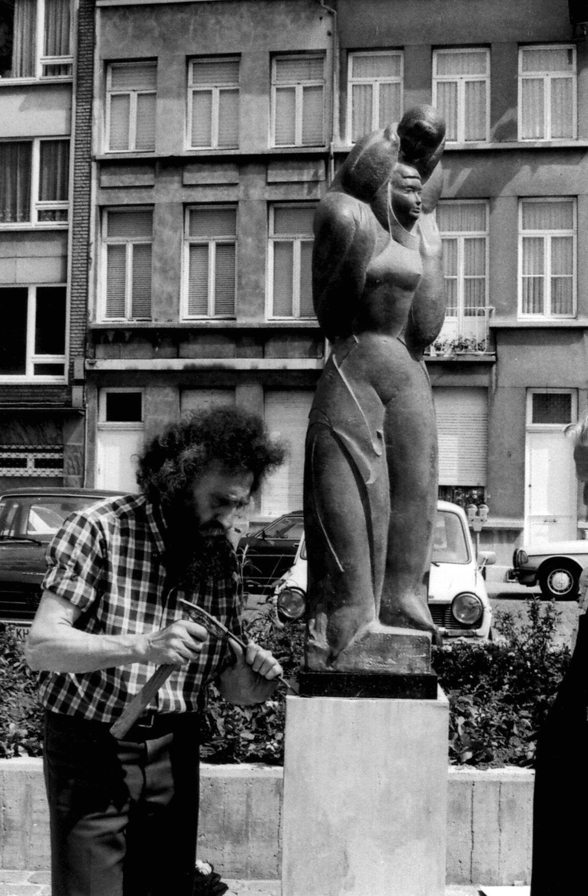 Jozef J. Peters tijdens de plaatsing van  Moeder en Kind , Moorkensplein,14 juni 1980, fotograaf ongekend