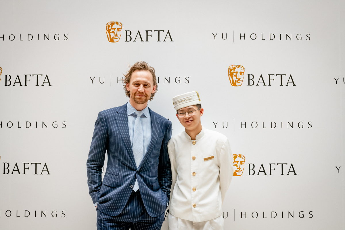 El actor británico, Tom Hiddleston y el icónico Peninsula Page. Foto cortesía de BAFTA Grainne Quinlan