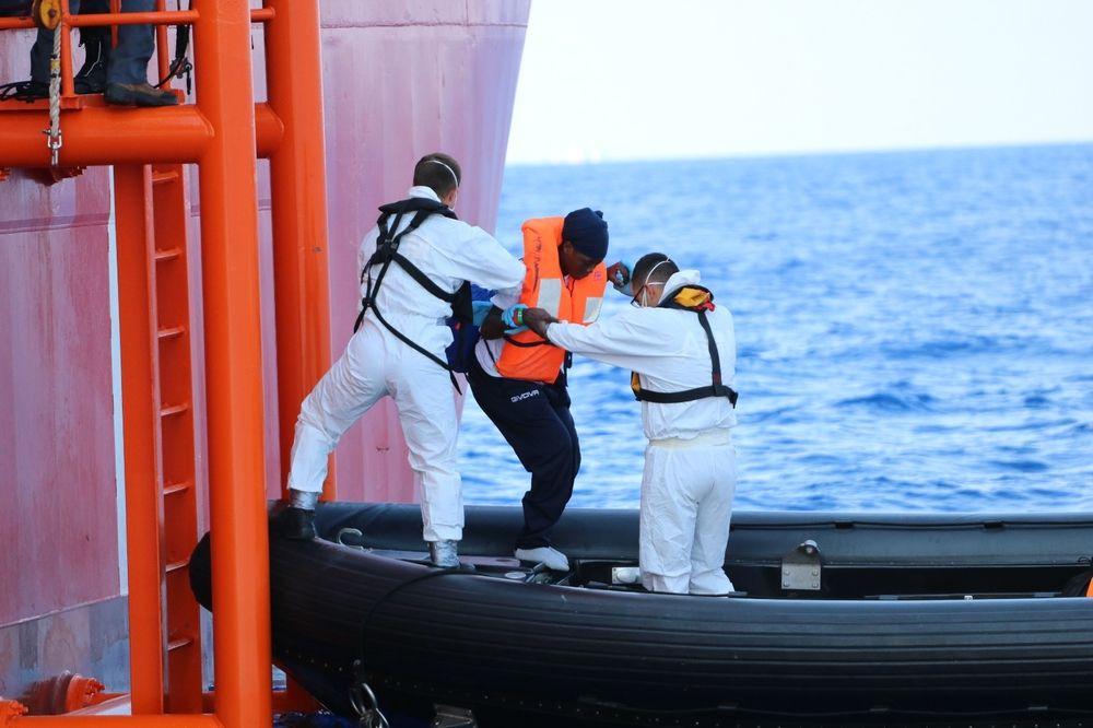 Traslado del Ocean Viking a los botes malteses © Hannah Wallace / MSF