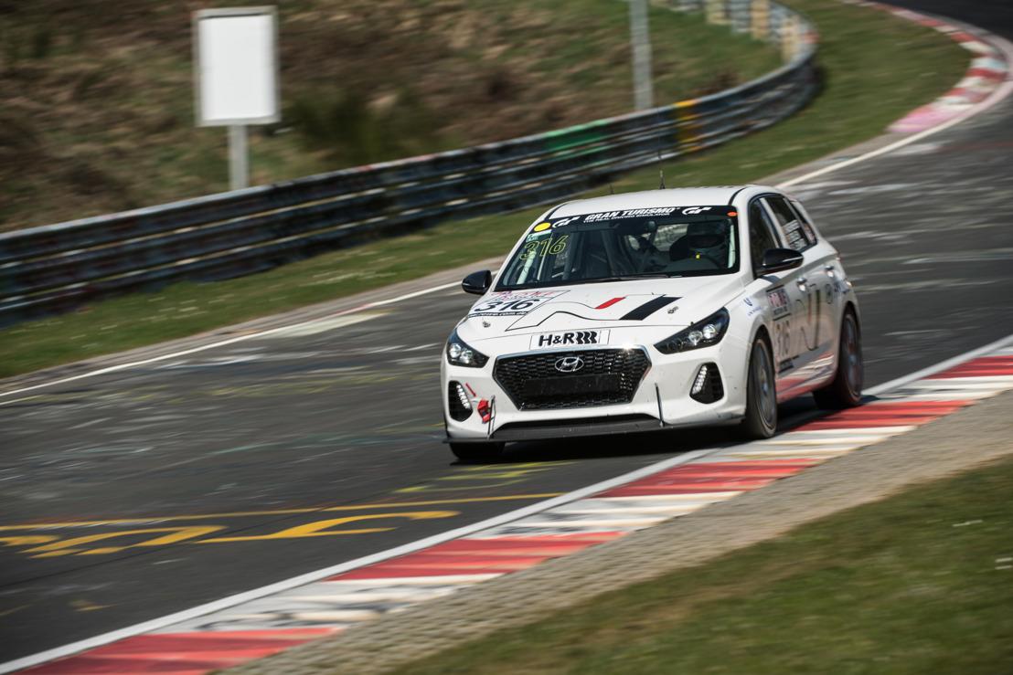 Hyundai testa la i30 N, ormai prossima alla produzione in serie, nella gara di durata al Nürburgring in vista della partecipazione alla 24 ore