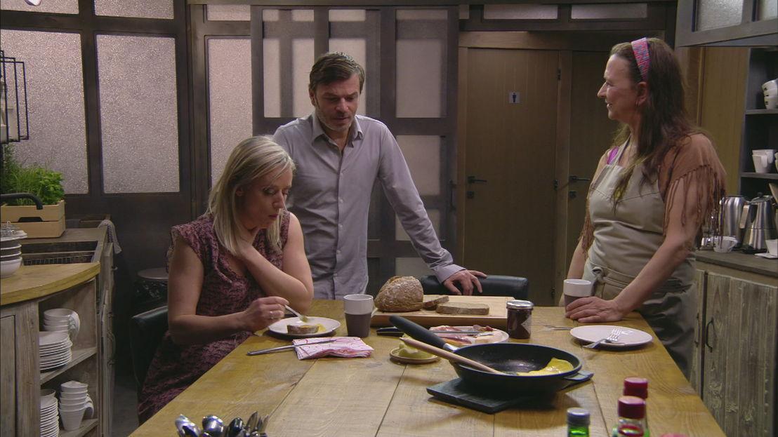 Femke en Nancy beseffen dat Eddy deze week al kan vrijkomen. (c) VRT