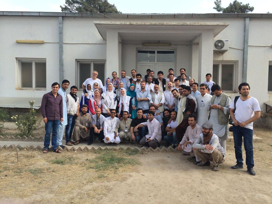Augustus 2015: Internationale en nationale staf poseren voor de ingang van het traumacentrum