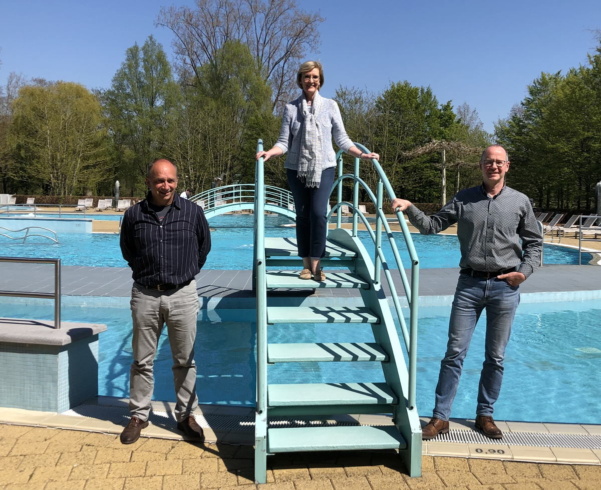 Foto: gedeputeerde Ann Schevenels, domein beheerder Oswald Debelder en recreatief coördinator Bart Vanwyngaerden aan het ploeterbad van Kessel-Lo