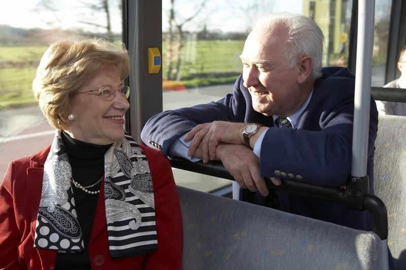 2 senioren in de bus (foto: Stefaan Van Hul)