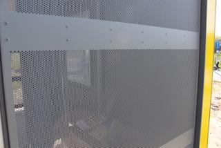 Om erdoor te kunnen kijken, hebben de stalen wanden van het  vandalismebestendige schuilhuisje gaten van 4 cm. (Foto: De Lijn)