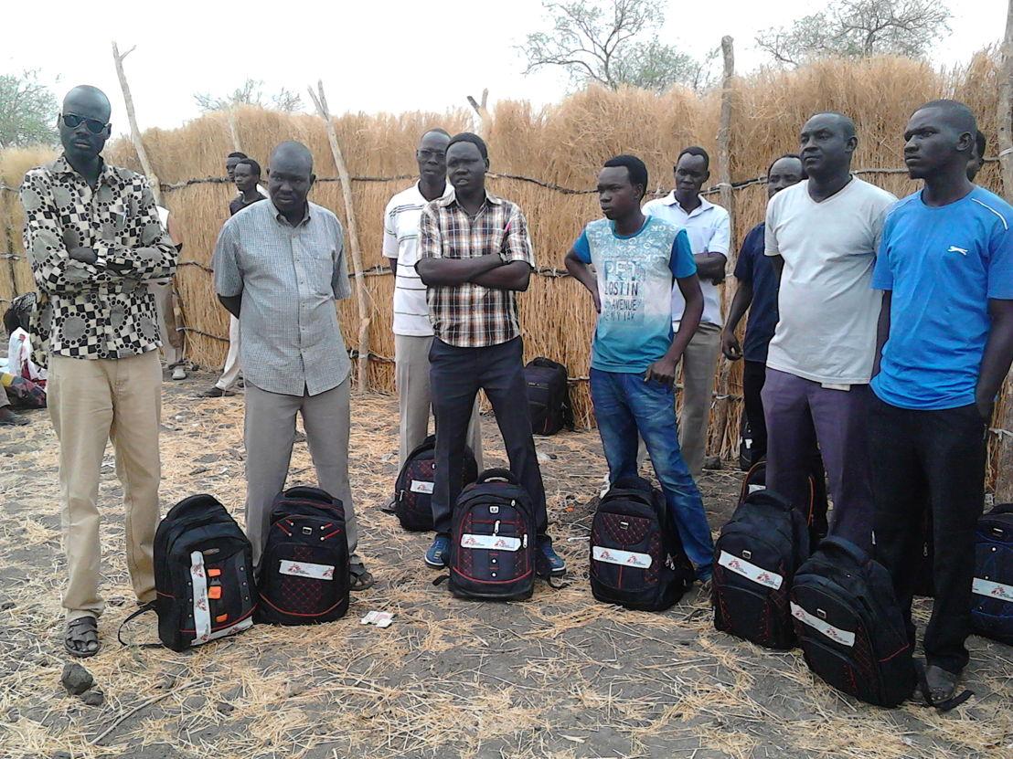 Les équipes MSF s'équipent de sacs à dos afin de pouvoir distribuer des soins de santé primaire sur leur chemin (MSF)