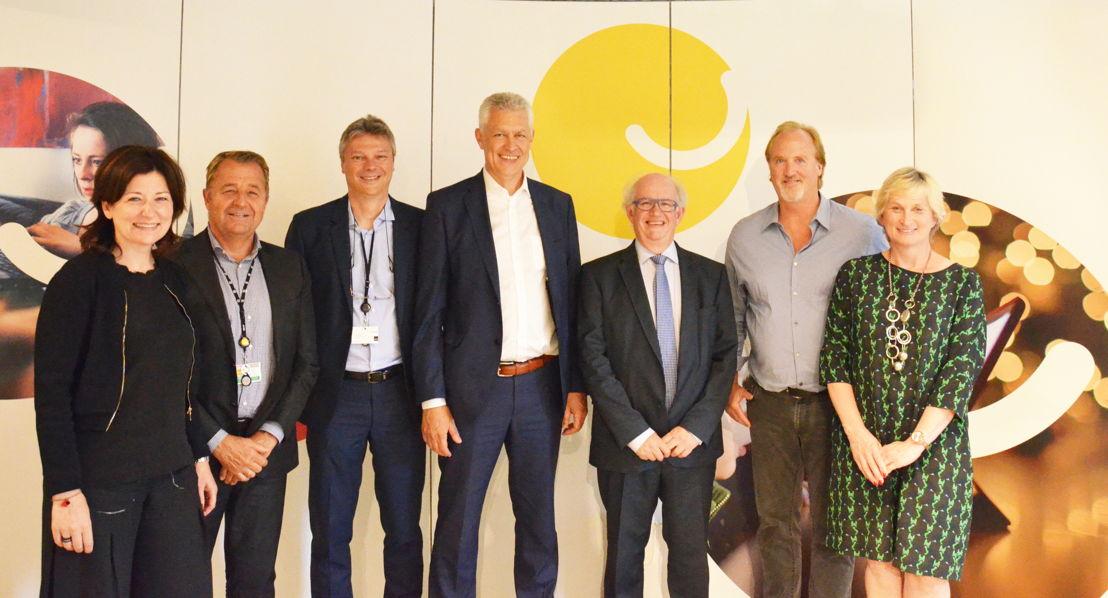 De gauche à droite: Annelies Lenaerts (Nextel), Gie Laurijssen (Nextel), Joël Schols (Nextel), Peter Roelens (Nextel), Jan Kenis (Nextel), John Porter (Telenet), Martine Tempels (Telenet)