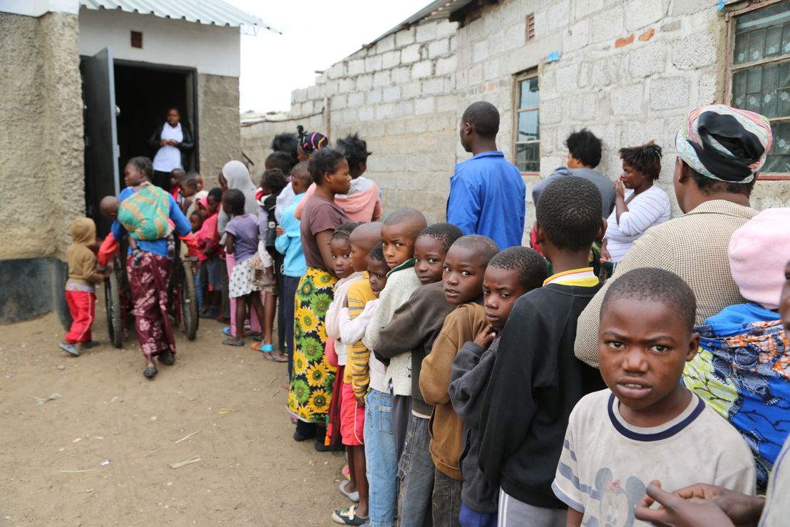 Queue in front of True Vine Church, one of the 15 vaccination sites used by MSF in Kanyama district during a massive vaccination campaign against cholera in Lusaka. Photographer: Laurence Hoenig