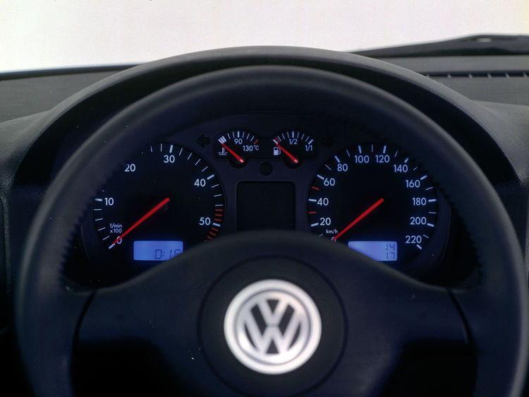 Golf IV con pantalla multifuncional, bajo los instrumentos análogos, pantallas rectangulares digitales se integran por primera vez para indicar el tiempo, distancia recorrida y kilómetros diarios.