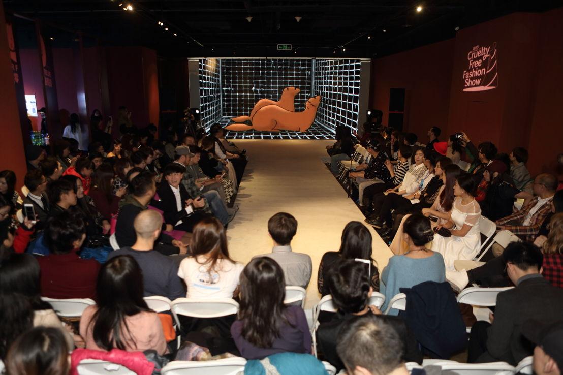 Een publiek van meer dan 200 Chinese beroemdheden