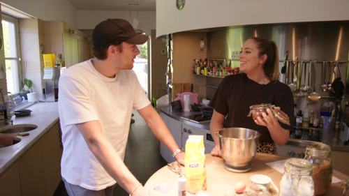 Stoorzender Viktor biedt tevergeefs hulp aan zus Marie Verhulst in Bake Off @ Home