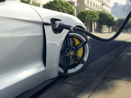 Enhanced driving dynamics, new intelligent charging functions and extended Connect features