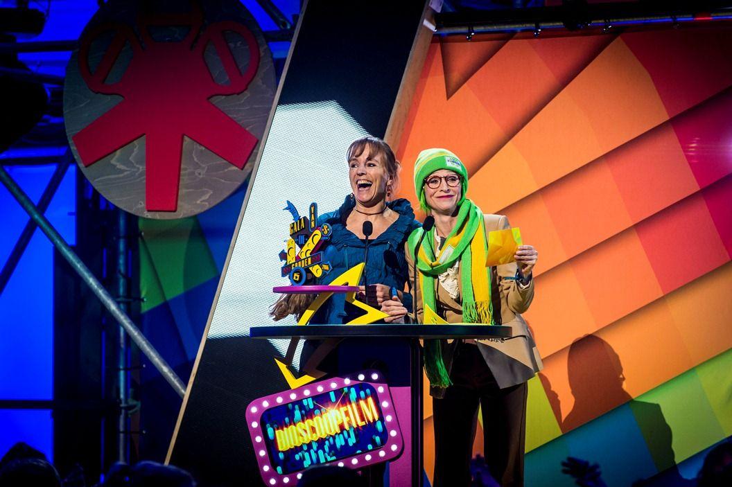 Gala van de Gouden K's 2014 - Bieke en Doortje van FC De Kampioenen reiken de trofee uit voor de bioscoopfilm van het jaar: Frozen - (c) VRT-Frederik Beyens