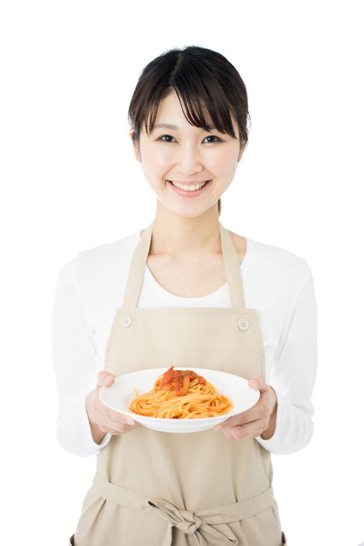 Donna asiatica con piatto di spaghetti