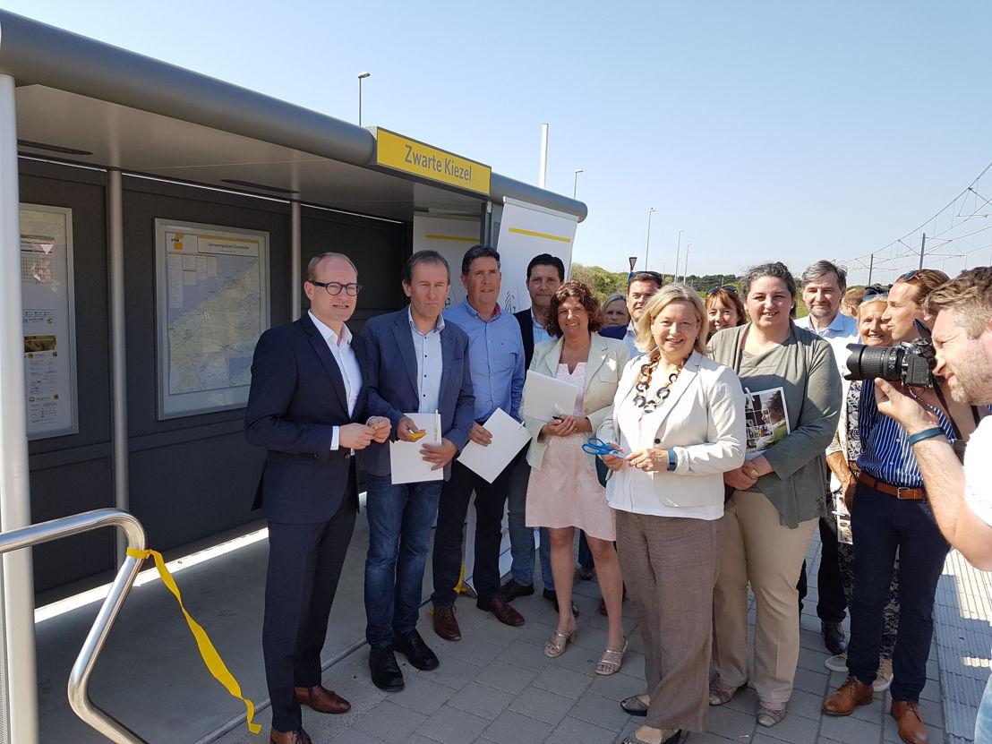 (vlnr) Vlaams Minister van Mobiliteit en burgemeester van De Haan Peter Breemersch bij het 1e vandalismebestendige schuilhuisje. (Foto: De Lijn)
