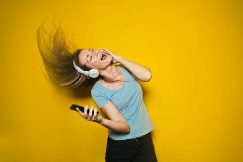 Internationale Dag van de Muziek: 6 op 10 werknemers* vinden muziek op het werk plezierig, maar meezingen is ergerlijk volgens 4 op 10